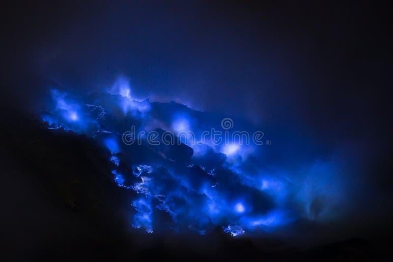 Fiamme blu dello zolfo, vulcano di Kawah Ijen immagine stock
