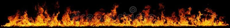 Fiamme del fuoco su priorit? bassa nera illustrazione vettoriale