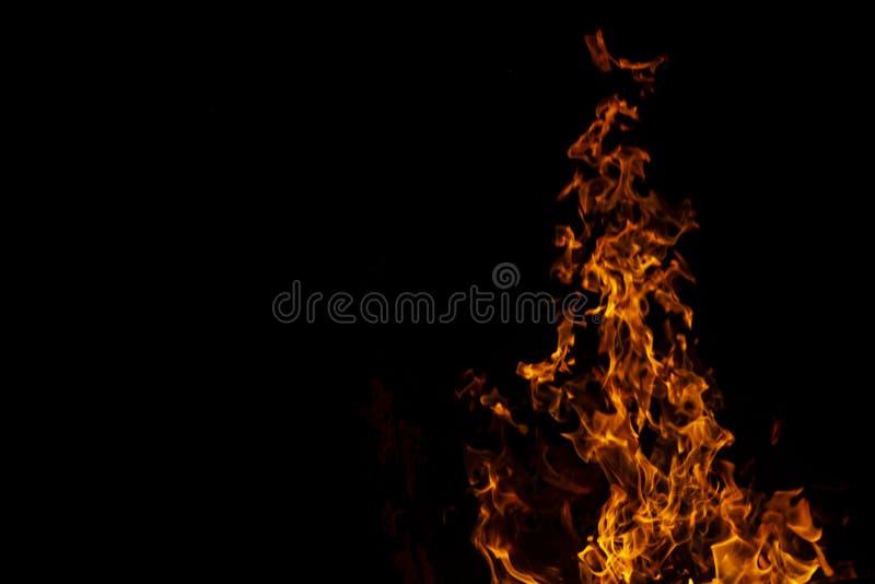 Fiamme del fuoco sul fondo nero di astrattismo, bruciante rovente fotografia stock