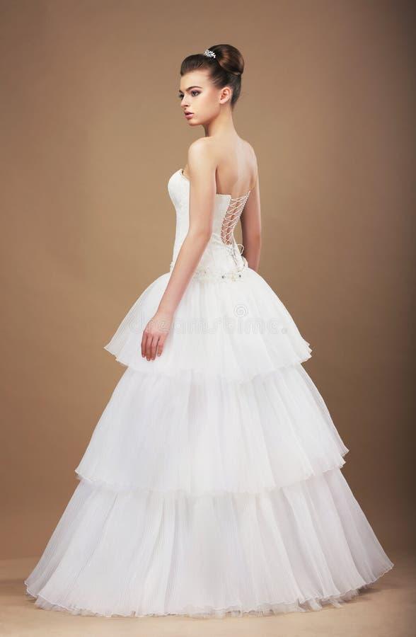 Fiancée dans la longue robe nuptiale classique photographie stock