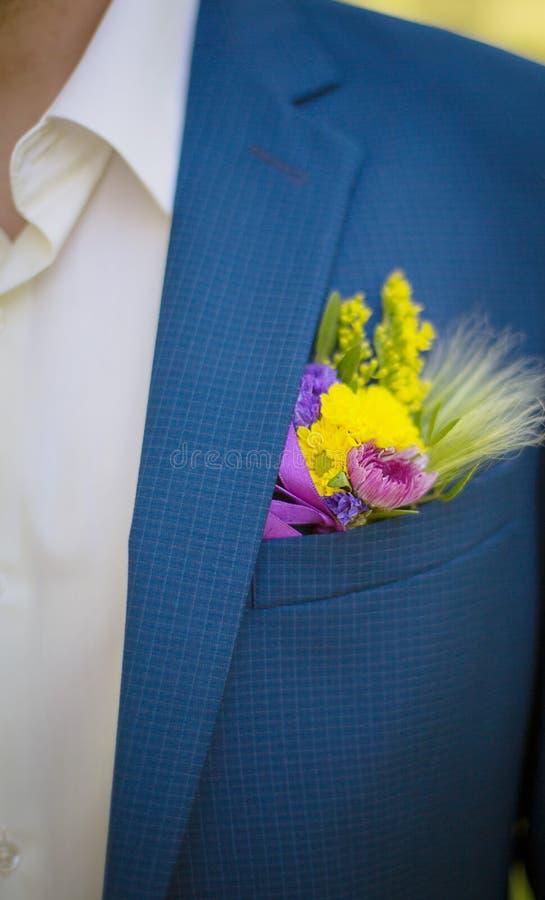 Fiance μπουτονιέρων των άγριων λουλουδιών στοκ εικόνα