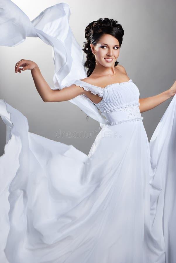 Fiance en de wind. Vrouw in een huwelijkskleding royalty-vrije stock foto's