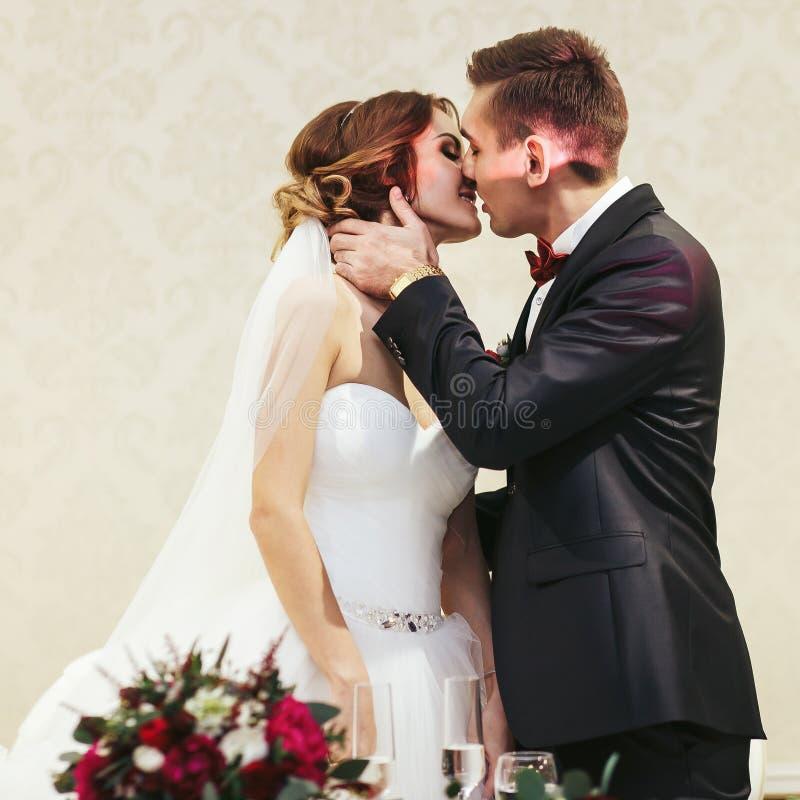 Fiance kust een bruid die haar hals houden stock afbeeldingen