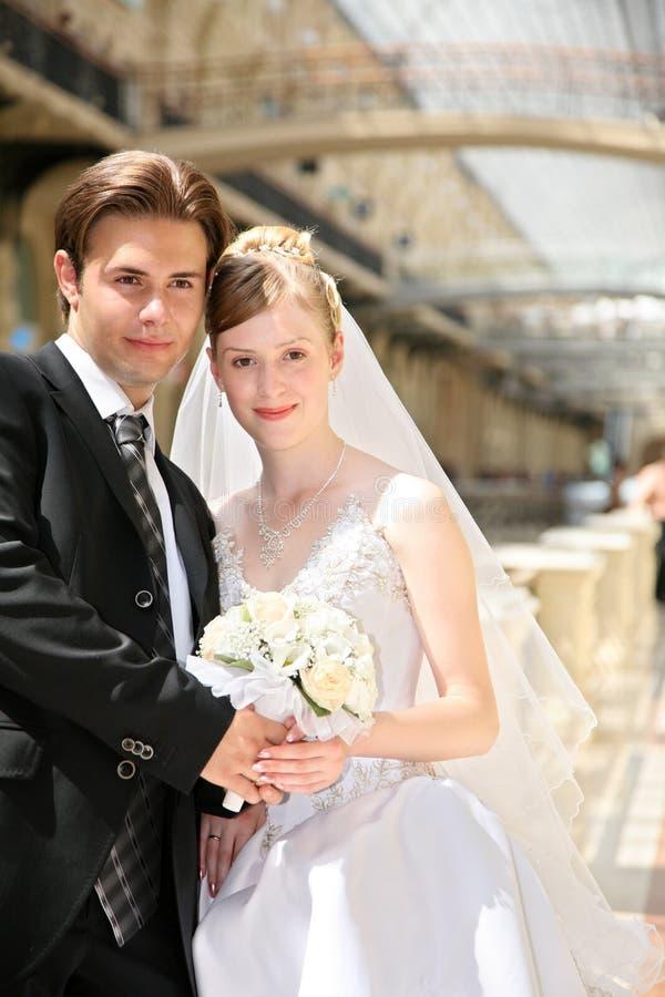 Fiance met de bruid stock afbeeldingen