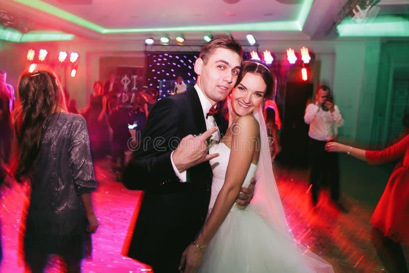 Fiance speeldwaas terwijl het dansen met een bruid royalty-vrije stock foto