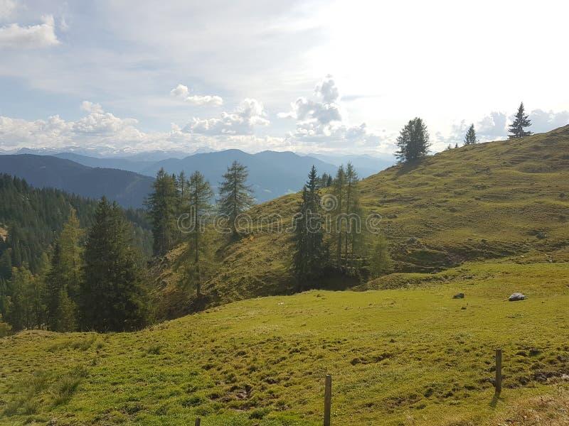 Fianco di una montagna con un cielo strabiliante fotografia stock libera da diritti