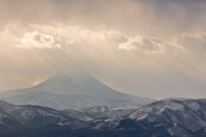 Fianco di una montagna nebbioso immagine stock libera da diritti