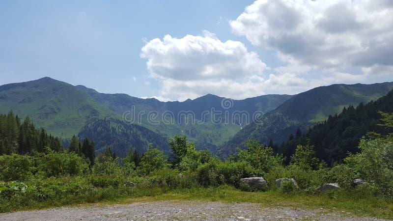 Fianco di una montagna un giorno soleggiato fotografia stock