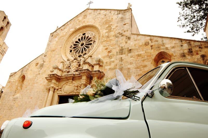 Fiat 500 bil framme av domkyrkan av Otranto vid förbindelse - Italien royaltyfri foto