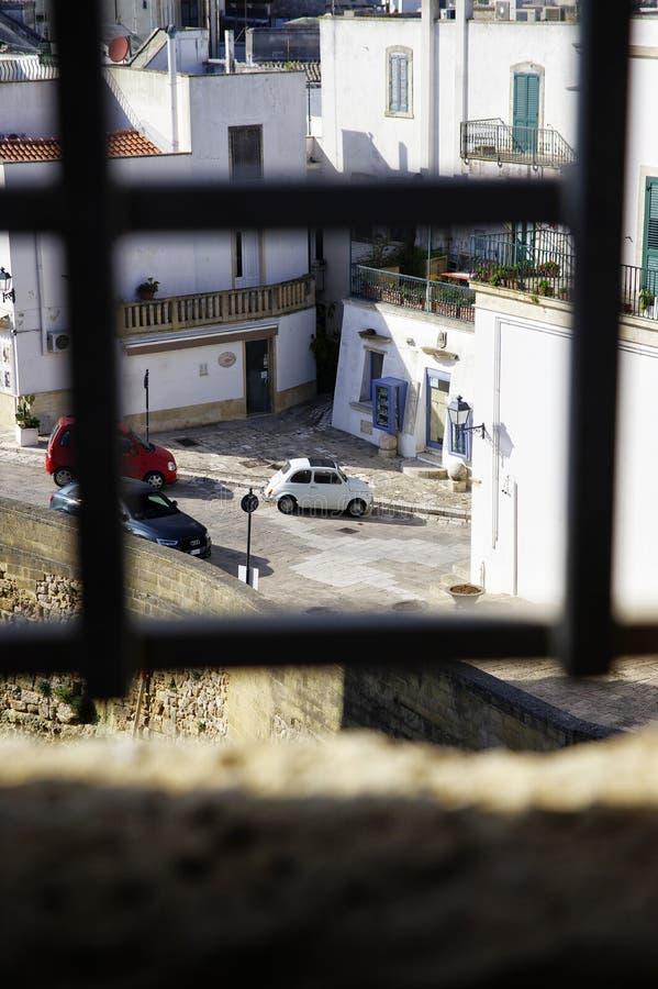 Fiat classique Cinquecento devant le château médiéval d'Aragonese dans Otranto, Pouilles, Italie photographie stock libre de droits