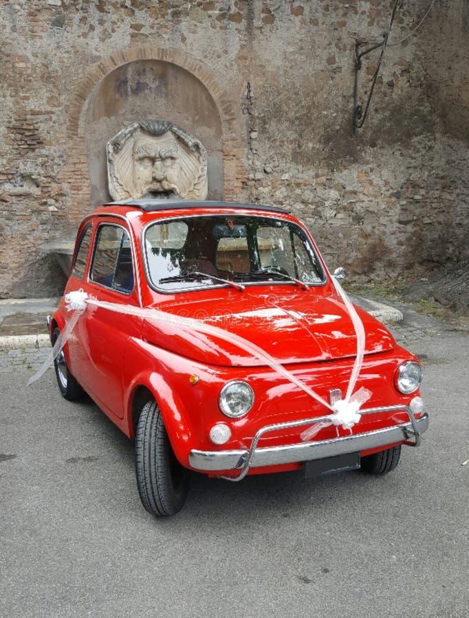 Fiat 500 con gli archi, Roma, Italia fotografie stock libere da diritti