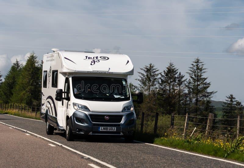 Fiat Ducato caravan z Wypożyczalni Autochtonicznej na szkockich drogach, podróżujących na następną przygodę zdjęcia stock