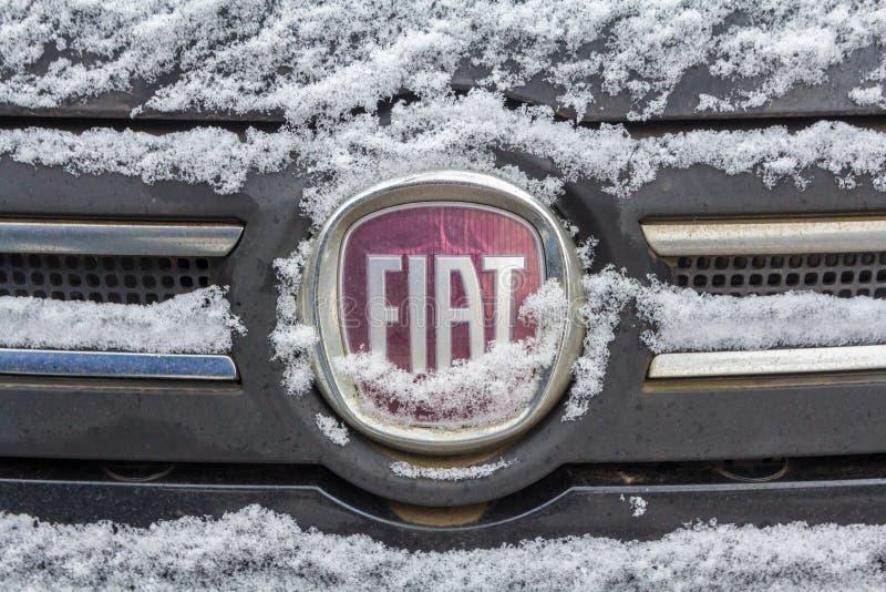 Fiat emblem som täckas i snö arkivbilder