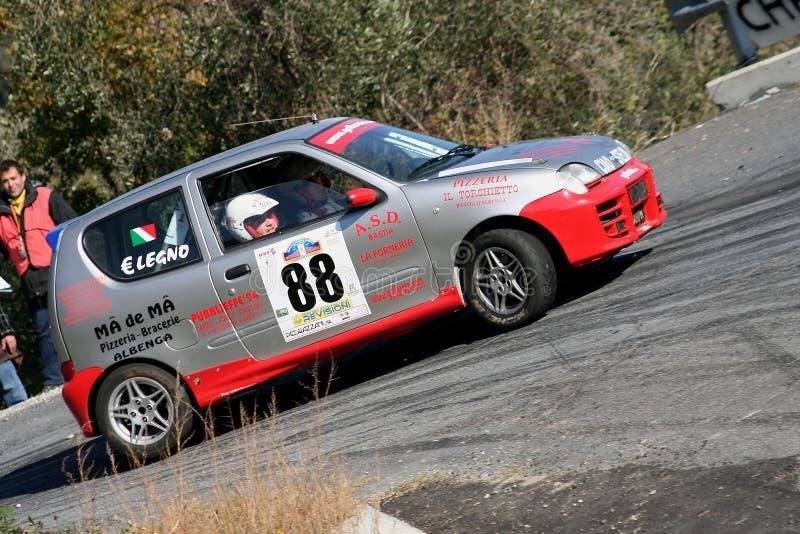 Fiat 600 en springa bil under ett samordnat hastighetsförsök i den andra upplagan av det Ronda Di Albenga loppet som äger rum någ arkivfoton