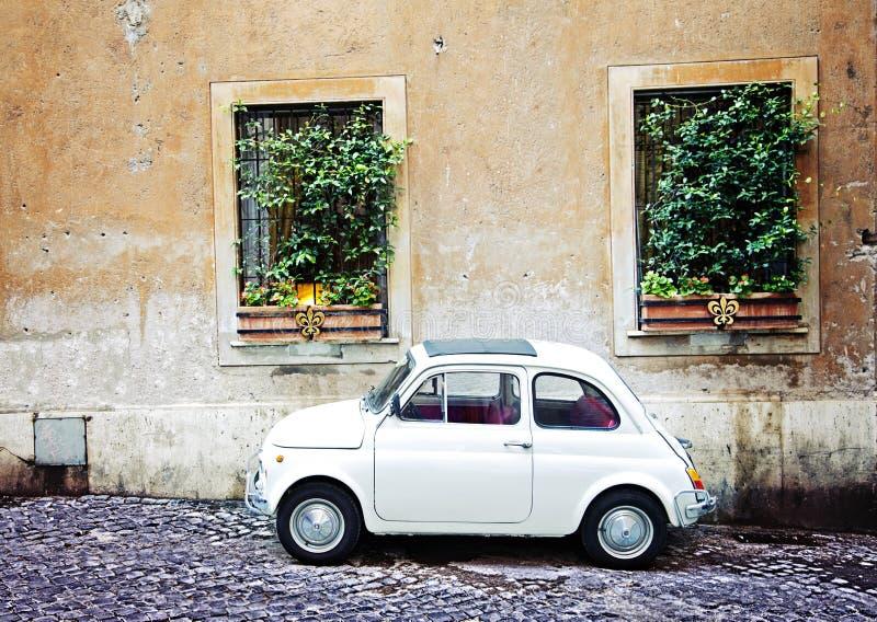 Fiat 500 estacionado em Roma, Itália foto de stock
