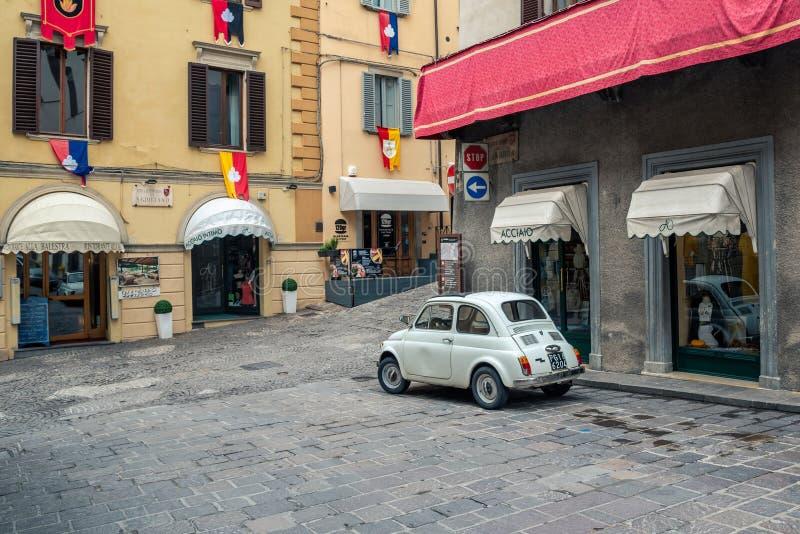 Fiat 500 klasyk parkujący na ulicie w centrum średniowieczny miasto Gubbio zdjęcie royalty free