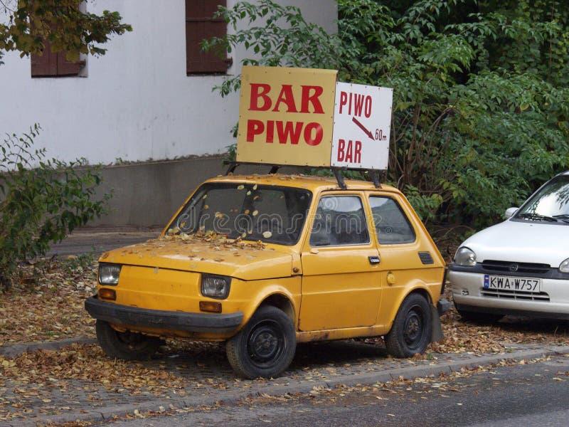 Fiat 126p als Anzeige in Warschau stockbilder