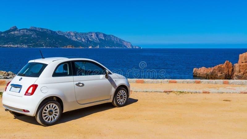 Fiat 500 parcheggiato dal mare immagini stock libere da diritti