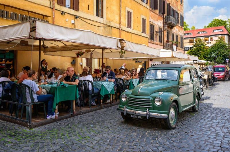 Fiat retro parqueó en Trastevere el 23 de septiembre de 2016 en Roma fotografía de archivo