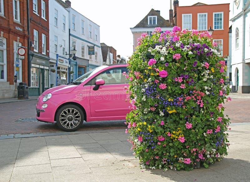 Fiat rosa bil om stad royaltyfria bilder