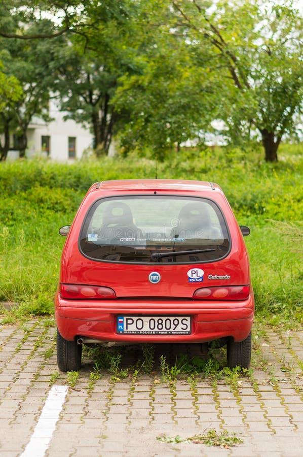 Fiat rosso parcheggiato Seicento fotografie stock