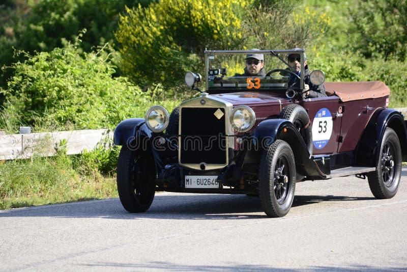 FIAT 520 1928 tävlings- bil samlar in Mille Miglia 2018 det berömda italienska historiska loppet 1927-1957 royaltyfri bild