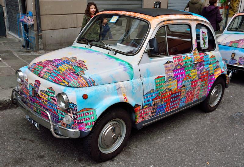 Fiat 500 volledig geschilderd Genua stock foto's