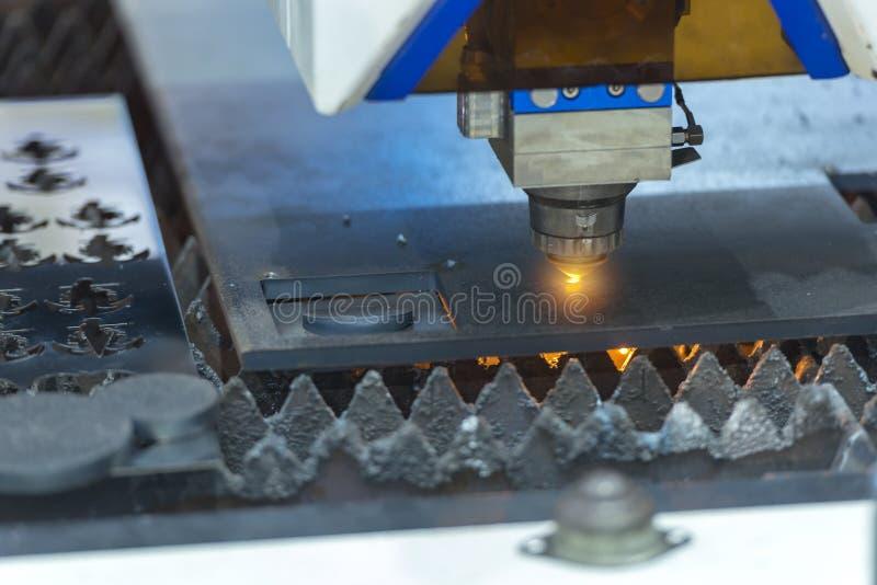 Fiberlaseren som klipper arkmetallplattan arkivfoton