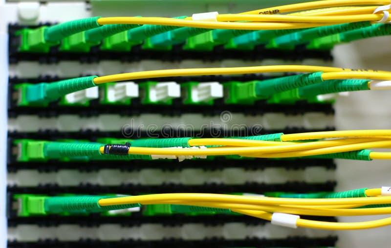 Fibes ottici connessi alla traversa immagini stock