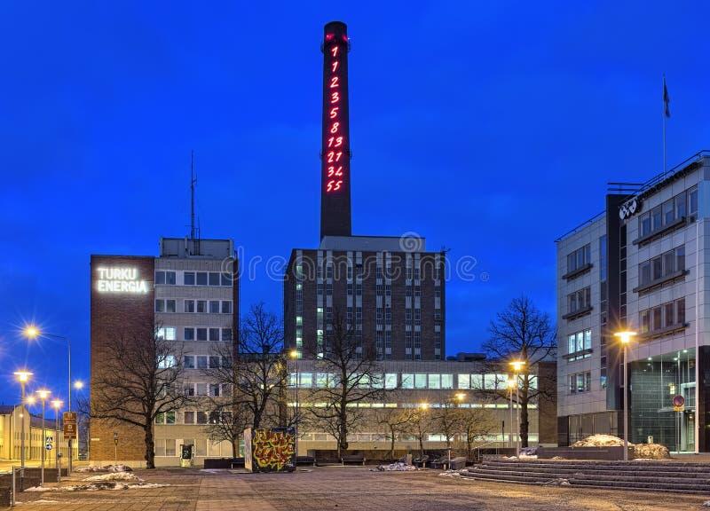 Fibonacciopeenvolging 1-55 op de schoorsteen van Turku Energia, Finland stock afbeeldingen