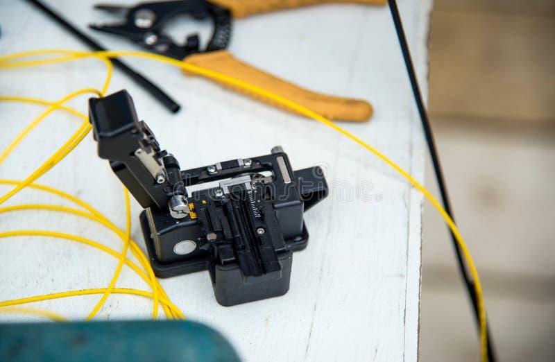 Fibra óptica de la cuchilla con los alicates foto de archivo libre de regalías