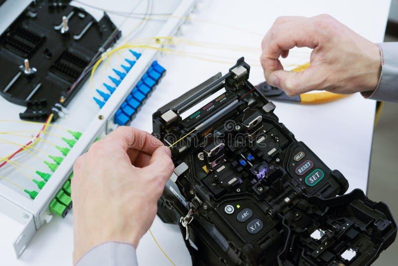 Fibra óptica que empalma por la máquina que empalma de la fusión fotografía de archivo