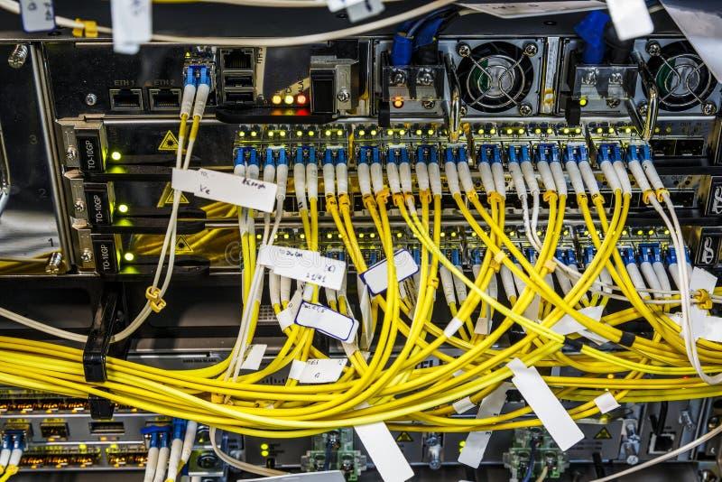 Fibra ótica que conecta no centro de operações do swtich da rede do núcleo, fim acima imagem de stock