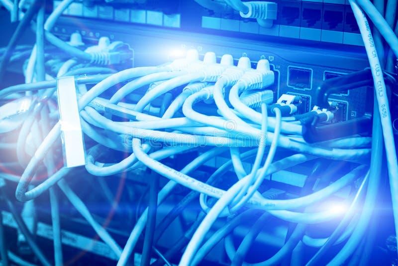 Fibra ótica que conecta no swtich da rede do núcleo em dados grandes modernos do centro de dados imagem de stock