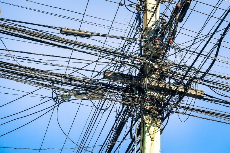 A fibra elétrica e ótica desarrumado cabografa em Tailândia fotografia de stock