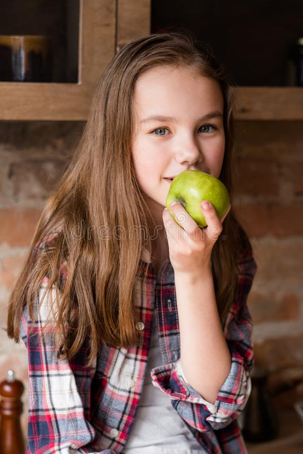 Fibra organica della mela del bambino equilibrato in buona salute dell'alimento fotografia stock libera da diritti