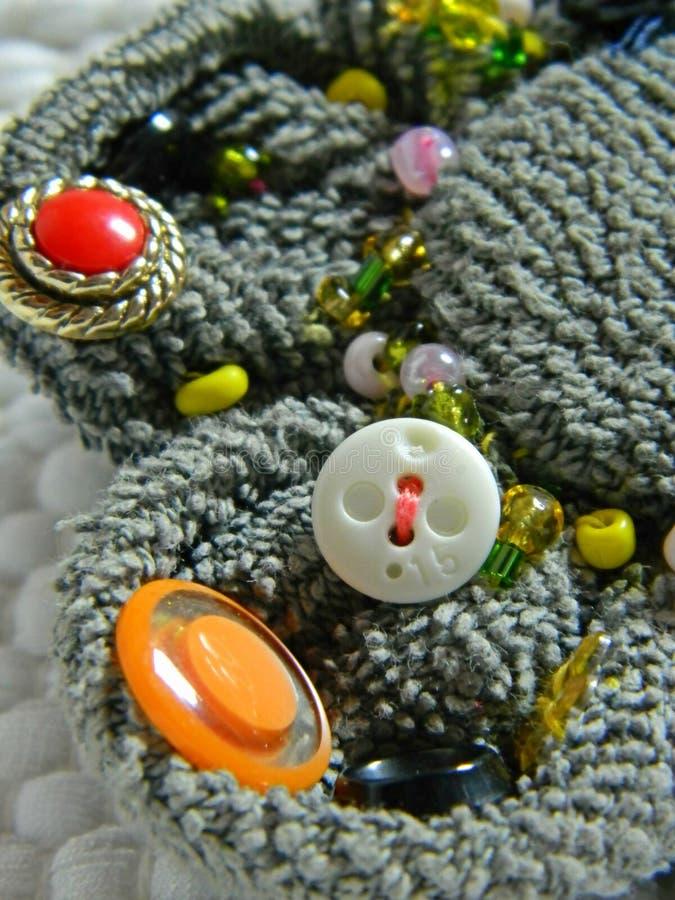 Fibula con i bottoni e le perle, dettaglio fotografia stock libera da diritti