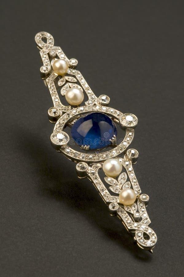 Fibula con le perle e lo zaffiro fotografia stock libera da diritti