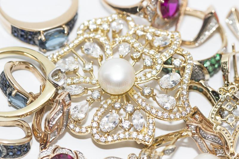 Fibula con le perle ed i gioielli dell'oro immagini stock