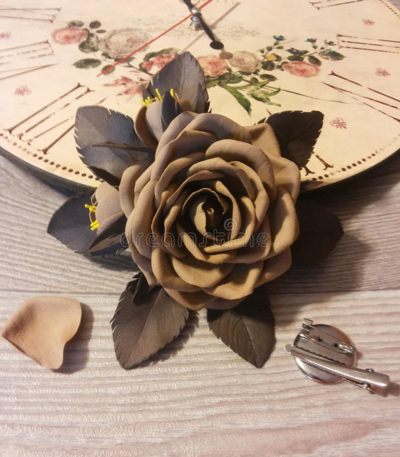 Fibula di Rosa fatta di pelle scamosciata di plastica marrone fotografia stock