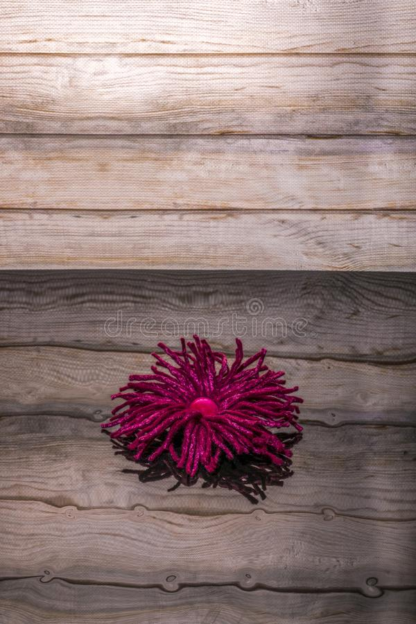 Fibula femminile fatta a mano fatta di lana felted su superficie riflettente fotografie stock