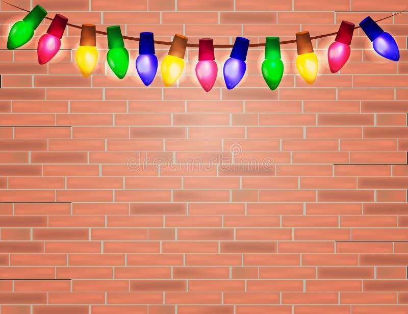 Ficelle des ampoules de Noël de couleur sur le fond de brique rouge illustration libre de droits