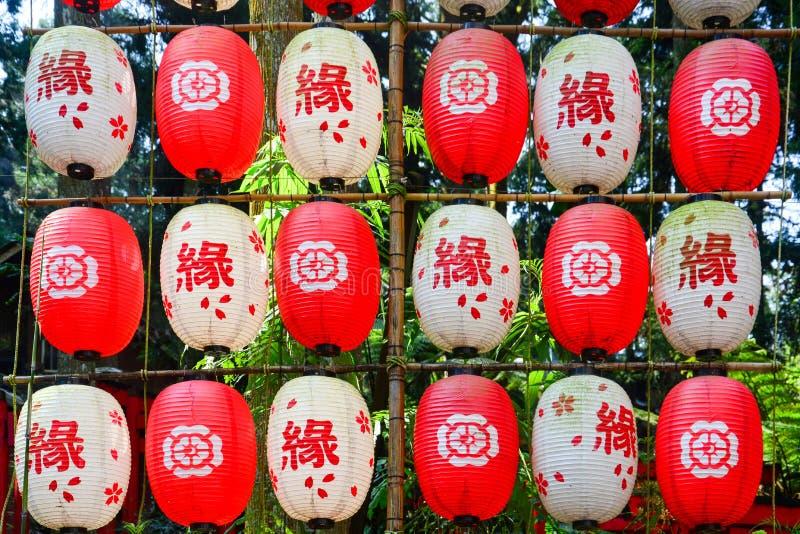 Ficelle des lampions japonais traditionnels décoratifs de couleur rouge et blanche photographie stock