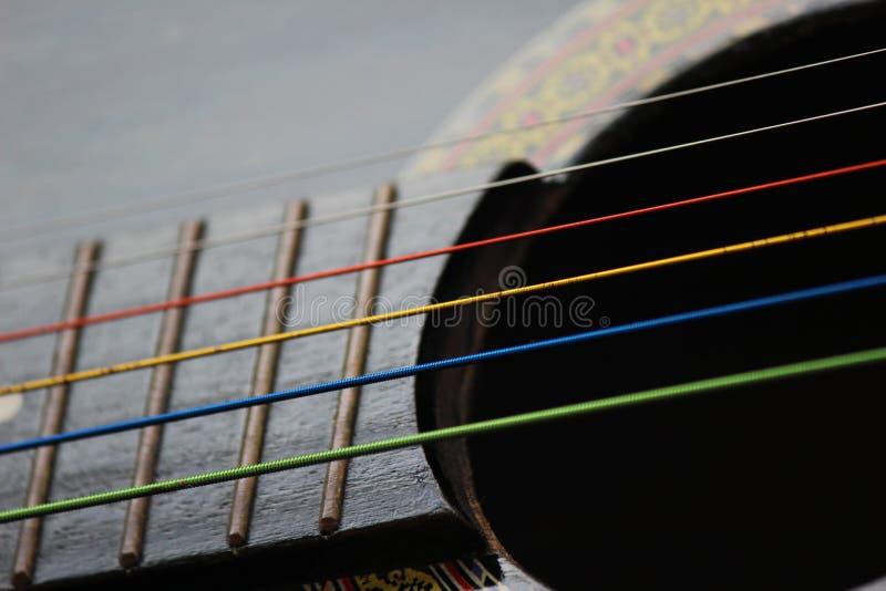 Ficelles colorées de guitare image stock