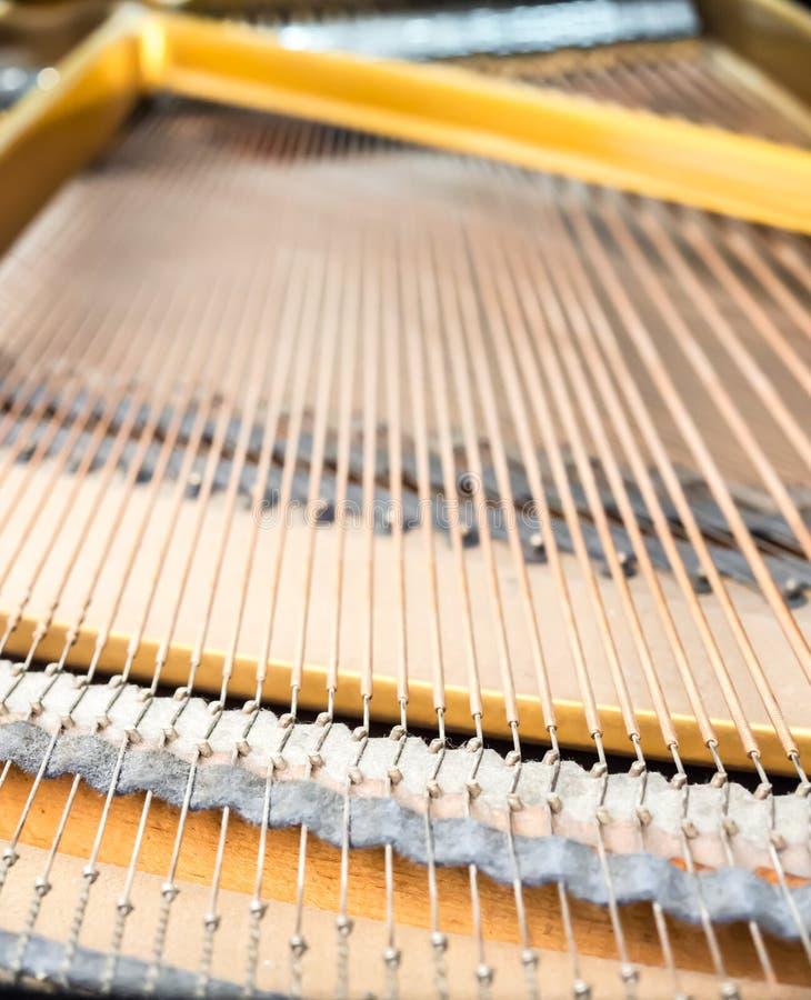 Ficelles et goupilles à l'intérieur de piano classique images libres de droits