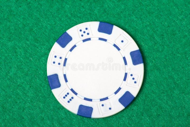 Ficha de póker blanca en la tabla del casino fotos de archivo