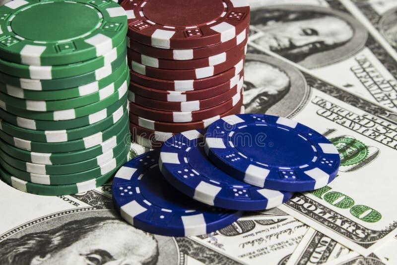 Fichas de póker con los dolars fotos de archivo