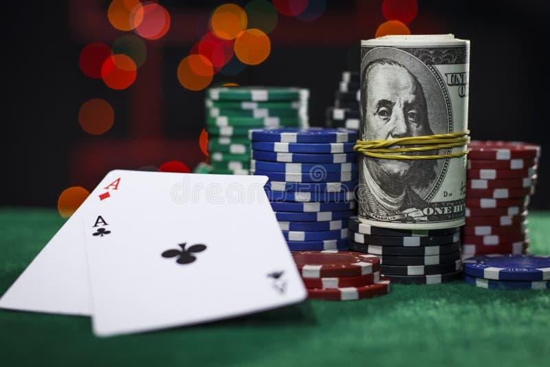 Fichas de póker, dólares y un par de as fotografía de archivo