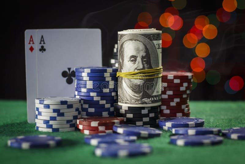 Fichas de póker, dólares y un par de as foto de archivo libre de regalías