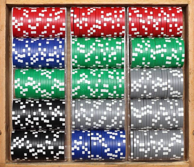 Fichas de póker en rectángulo de madera imagen de archivo